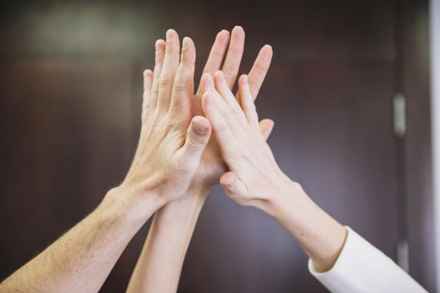 clap de main entre leader et chef