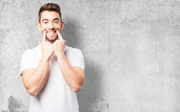 Homme qui sourit (vaincre timidité)