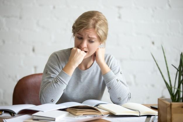 ne plus stresser à l'oral (femme qui stress)
