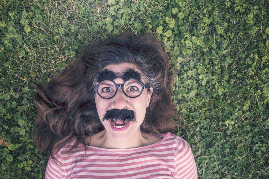 Se moquer de soi même – L'autodérision en communication